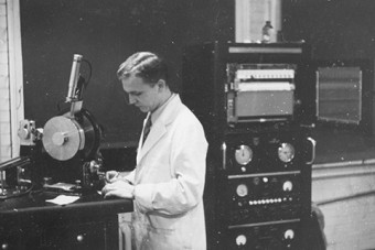 Walter Curlook absorbed in work in a U of T chemistry lab in the early 1950s Photo: Courtesy of the Curlook family