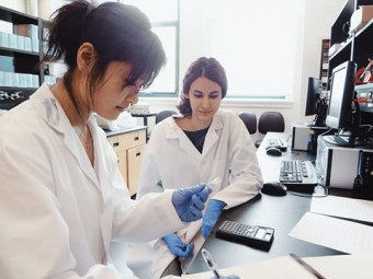 Mengqi Wang and Rozita Abdoli examine cervical cancer cells at the Institute of Biomaterials and Biomedical Engineering