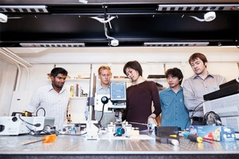 Photo of engineering students in the lab.