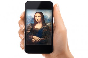 Photo of a hand holding a mobile phone with an image of the Mona Lisa on it.