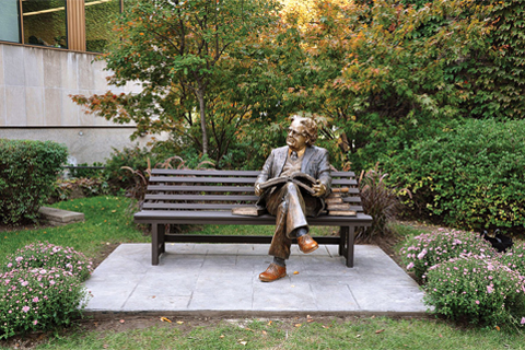 Photo of Northrop Frye statue at Victoria University