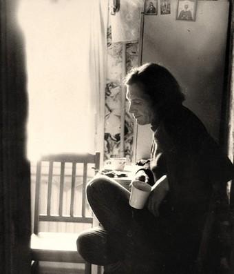 Photo of Soviet poet Oleg Okhapkin sitting in his kitchen
